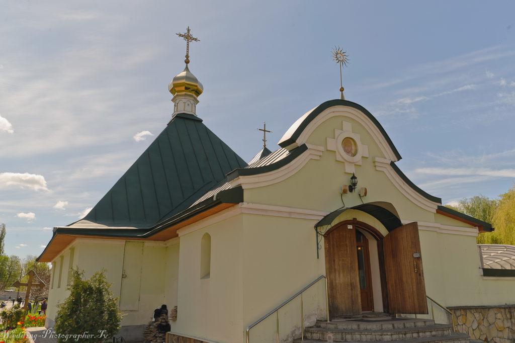 Вид храма святых мучеников Бориса и Глеба (рядом находится Спасо-Преображенский собор). Еще этот храм называют Борисоглебской церковью в Киеве.